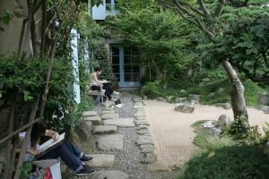 Orane et marie Victorine devant le jardin minéral