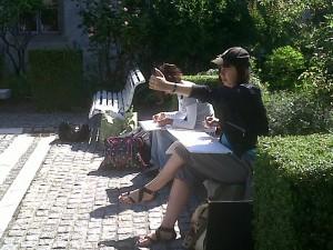 Marie -Victorine et Florence en train de dessiner la fontaine