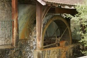 La roue du moulin de La Tourne dans le soleil