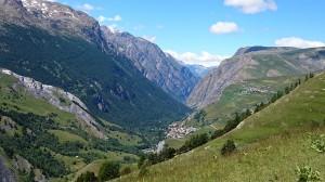 petit village accroché à la montagne