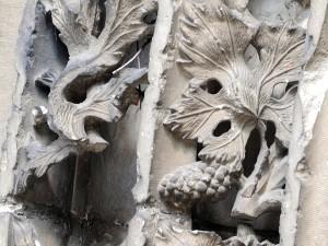 un bas relief de l'abbatiale de Saint-Chef